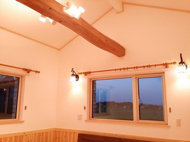 勾配天井に古材の梁