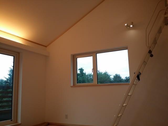 コーブ照明の勾配天井