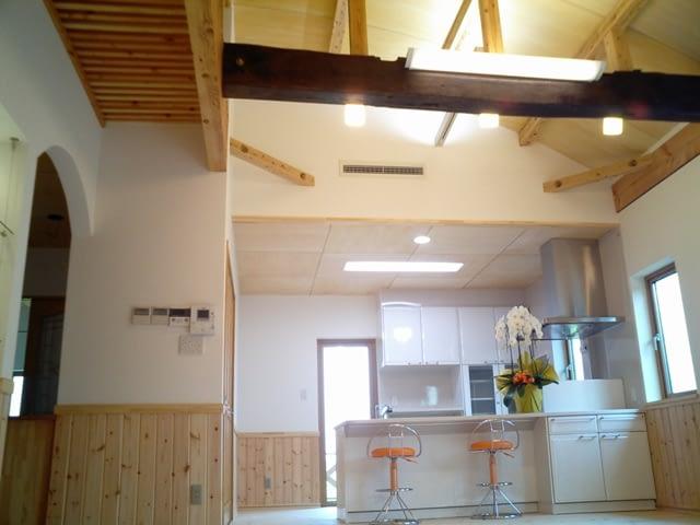古材の梁とアーチ天井のLDK