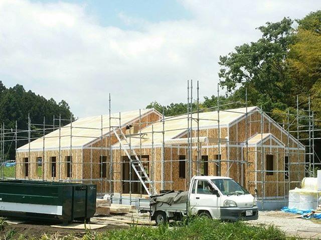 フレーミングが完了しました。智蔵のブラケット外張り断熱住宅は外張り断熱を施工してから屋根下地を施工するので現時点では屋根の出が有りません。この後屋根断熱施工とサッシ取り付けを行います。#超高性能住宅 #地熱利用住宅 #自然素材の家 #中庭と広い土間の有る平屋