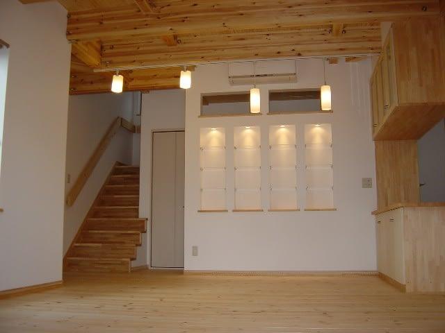 ライトアップされた飾り棚