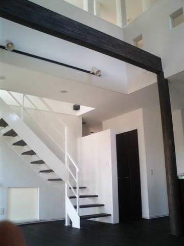 モノトーンの室内。ストリップ階段