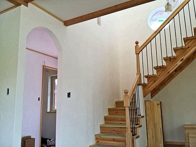 LDK漆喰壁と階段