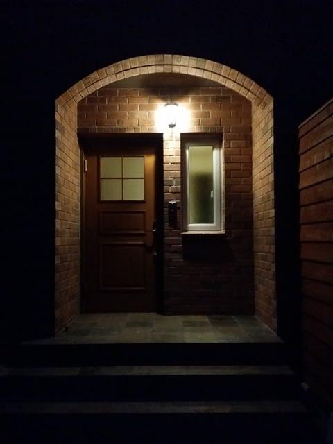 煉瓦の家玄関(夜)